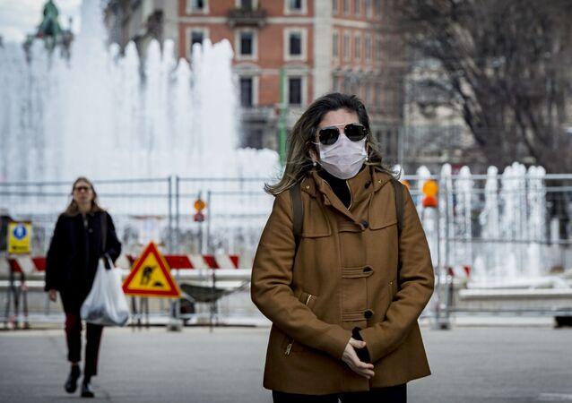 Žena v roušce v Milánu. Ilustrační foto