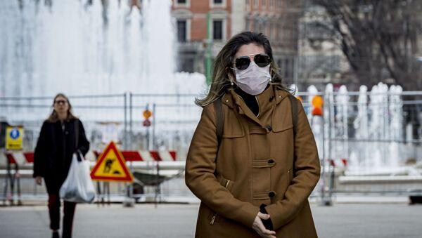 Žena v roušce v Milánu. Ilustrační foto - Sputnik Česká republika
