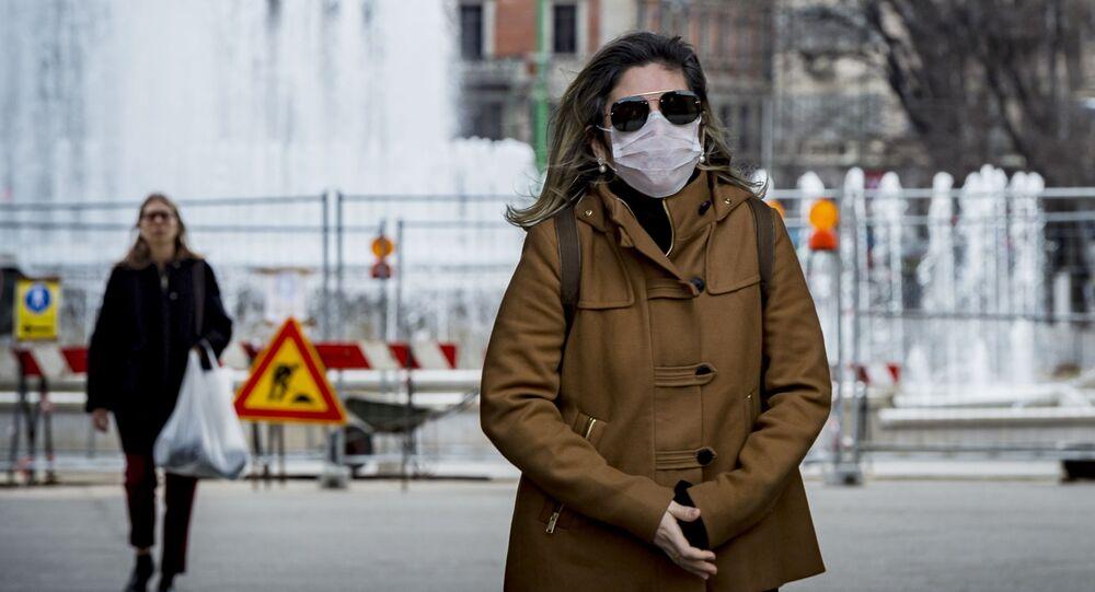 Žena v roušce v Milánu