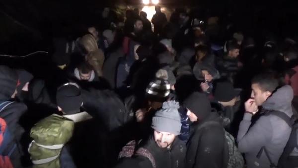 Syrští uprchlíci po útoku v Idlibu hromadně míří k evropským hranicím. Mezi nimi ženy i děti - Sputnik Česká republika