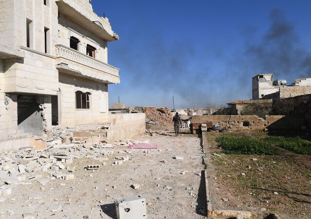 Voják syrské armády ve vesnici Al-Deir al-Sharqiy osvobozené od teroristů v Sýrii