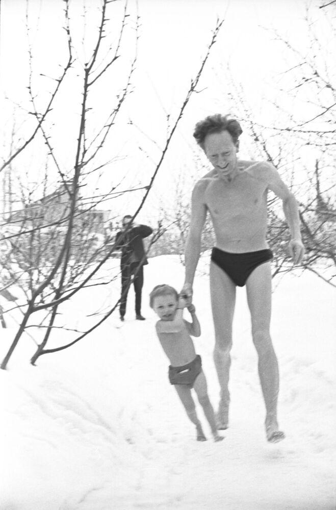 Otužování těla v rodině pedagogů Nikitinových, 1966