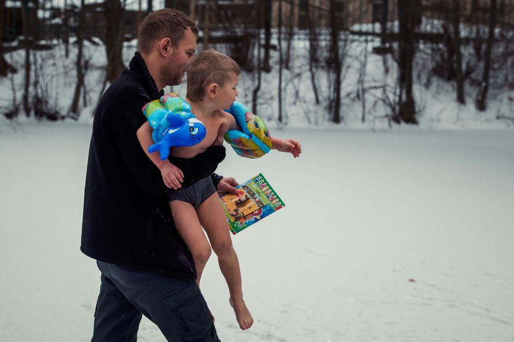 Tříletý Viktor je nejmladším účastníkem zimního plaveckého festivalu Ledostav na pobřeží jezera Šuvalovskoje v Petrohradě, 2016