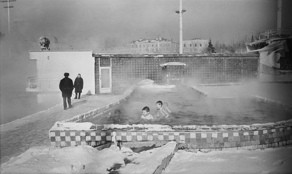 Skupinové aktivity pro děti ve venkovním bazénu v Moskvě, 1966