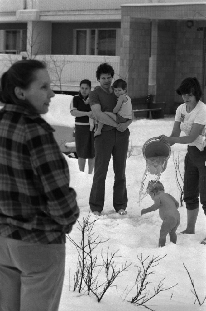 Maminka polévá své dítě studenou vodu, Moskva, 1989