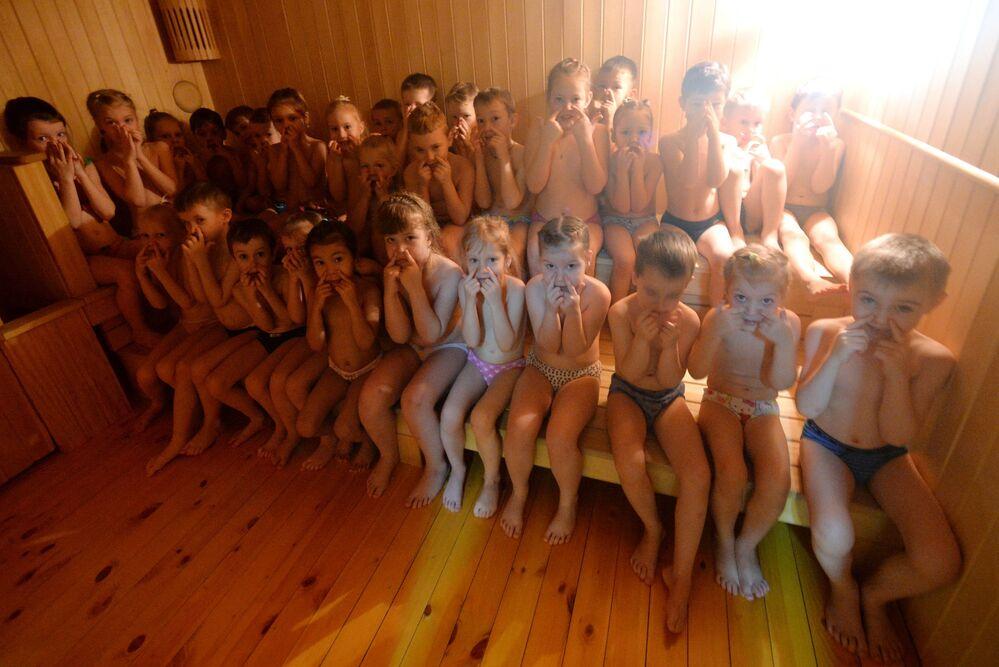 Děti provádějí dechová cvičení v sauně ve školce č. 317 v Krasnojarsku, 2020