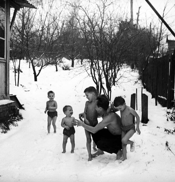 Otužování těla v rodině pedagogů Nikitinových, 1968 - Sputnik Česká republika