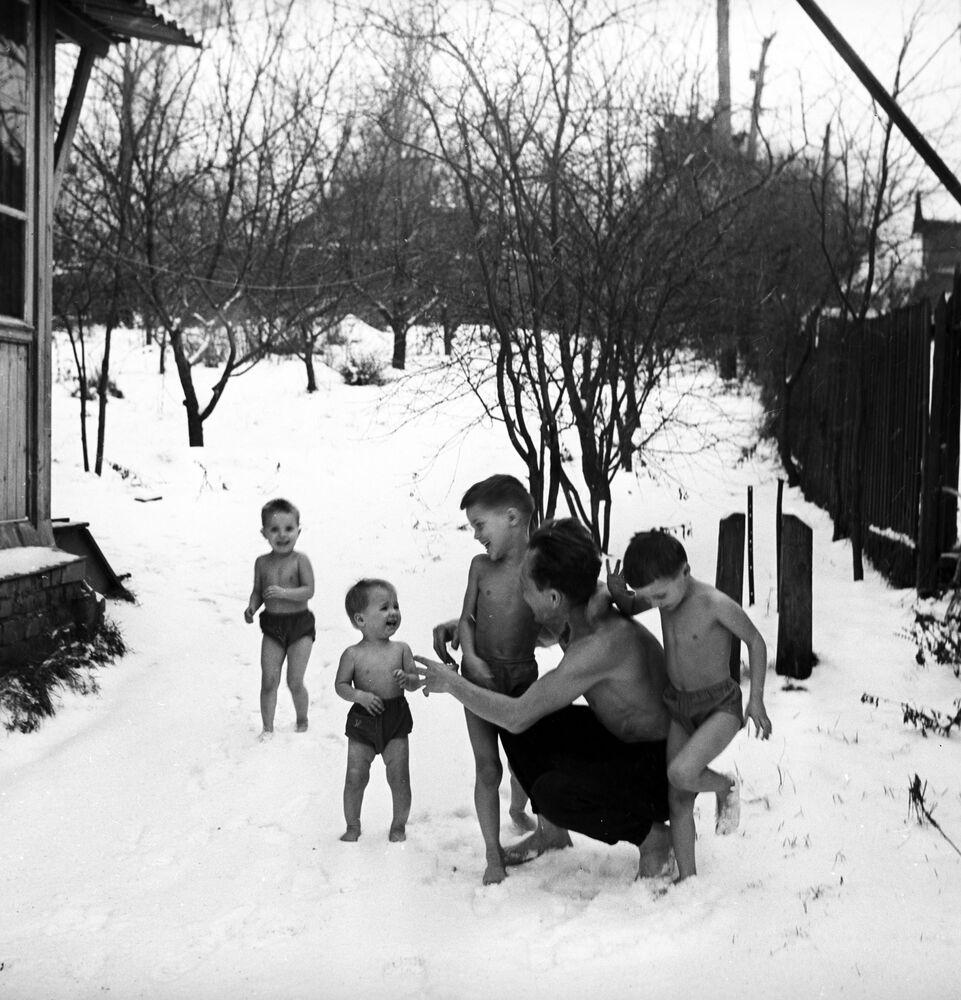 Otužování těla v rodině pedagogů Nikitinových, 1968