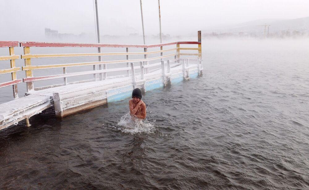 Chlapec během zahájení sezóny plavání otužilců v Krasnojarsku, 2019