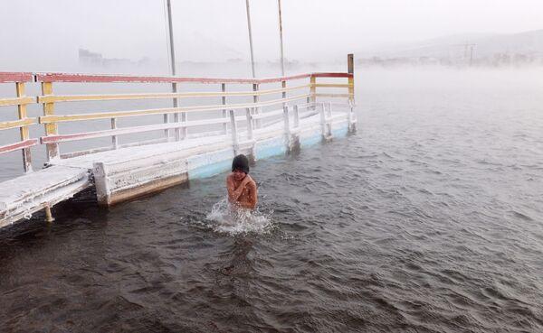 Chlapec během zahájení sezóny plavání otužilců v Krasnojarsku, 2019 - Sputnik Česká republika
