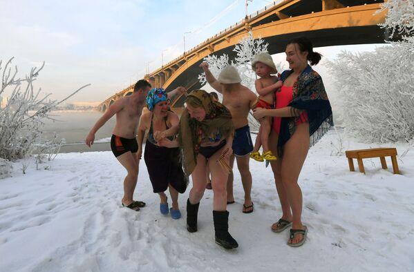 Členové rodinného klubu otužování na březích řeky Jenisej v Krasnojarsku, 2020 - Sputnik Česká republika