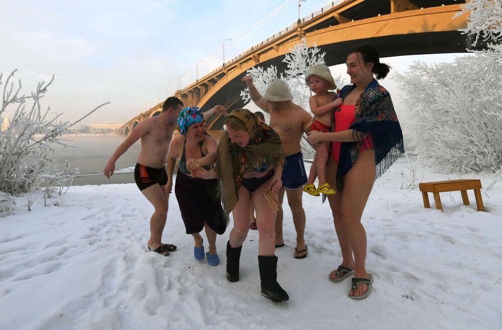Členové rodinného klubu otužování na březích řeky Jenisej v Krasnojarsku, 2020