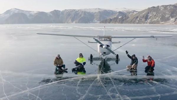 Riskantní přistání letounu na led Bajkalu bylo zachyceno na video - Sputnik Česká republika