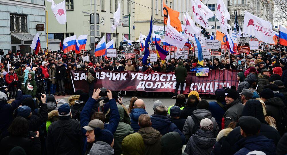 Účastníci pochodu na počest politika Borise Němcova v Moskvě