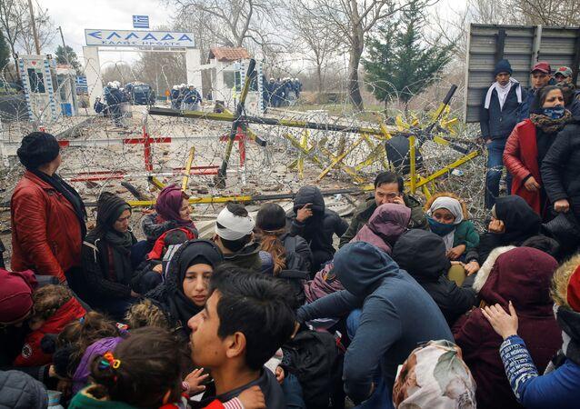 Migranti se shromažďují na hraničním přechodu Pazarkule do Řecka.