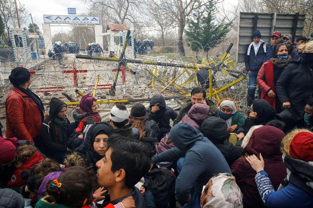 Migranti se shromažďují na hraničním přechodu do Řecka.