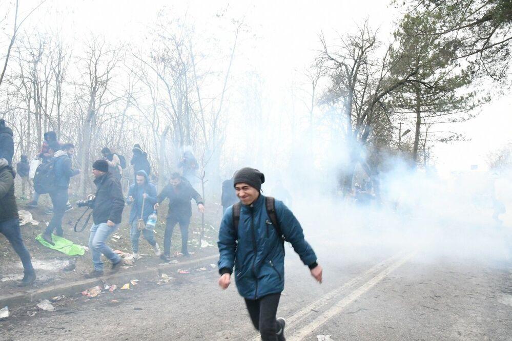 Situace na hraničním přechodu mezi Tureckem a Řeckem Pazarkule se vyhrotila. Řecká policie proti uprchlíkům nasadila slzný plyn.