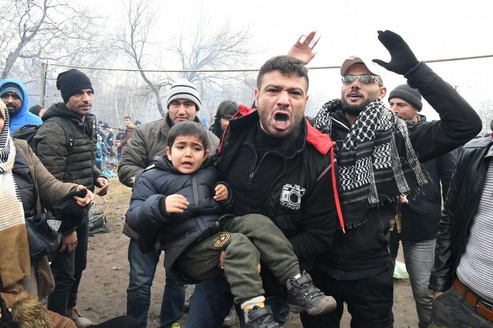 K potyčce došlo poté, co Ankara prohlásila, že nehodlá dále bránit uprchlíkům v jejich snaze dostat se do Evropy poté, co v Sýrii zahynulo 33 tureckých vojáků.