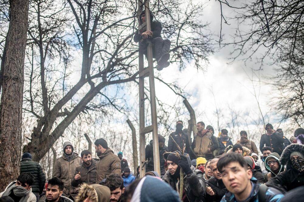 Tisícovky migrantů čekají v nárazníkovém pásmu v tureckém Pazarkule na hranici s Řeckem.