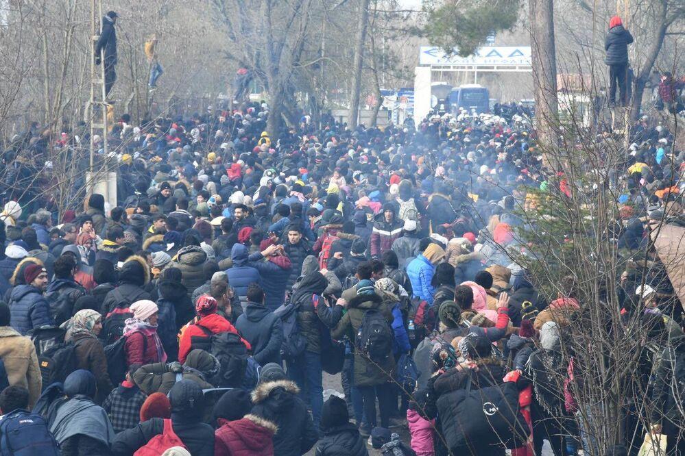 Řecká policie nasadila proti migrantům slzný plyn. Ti odpověděli házením kamenů.