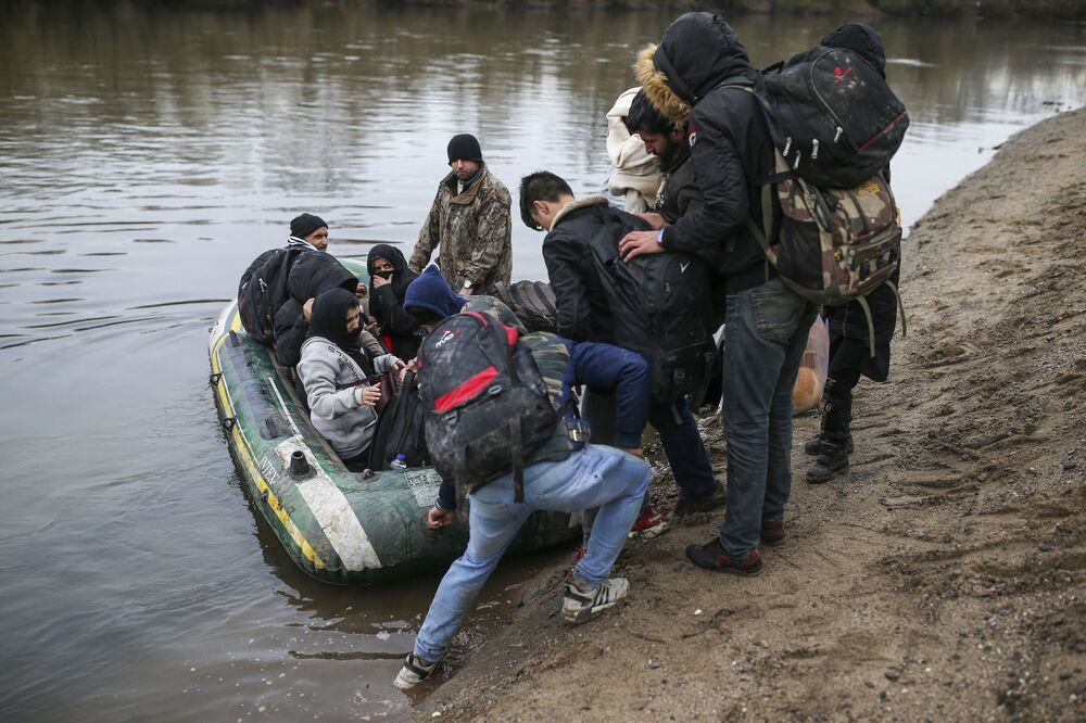 Migranti si připravují člun, na kterém se chtějí dostat do Řecka.