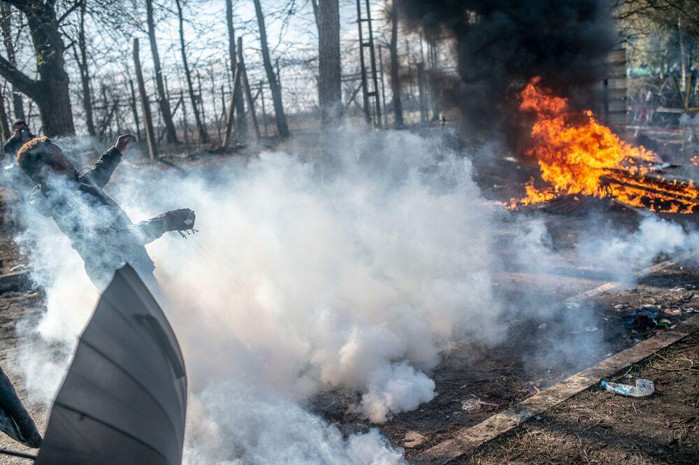 Střet mezi migranty a řeckými policisty.