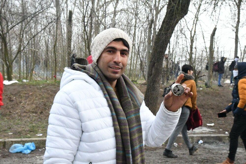 Migrant ukazuje, čím proti migrantům zasahovala řecká policie.
