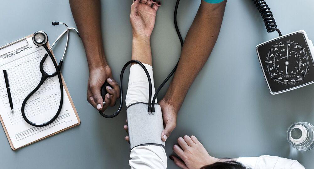 Lékař měří tlak