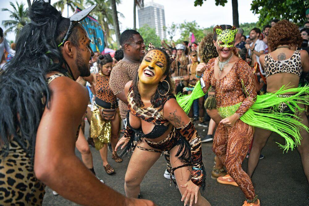 Lidé tančí během karnevalu v Brazílii