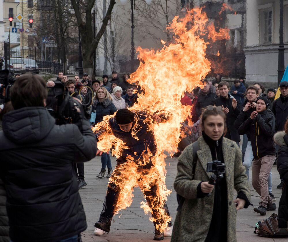 Protestující se podpálil před prezidentskou kanceláří v Kyjevě. Muž, který se představil jako Olexandr Burlakov, chtěl podle svých slov upozornit na to, že mu úřady nelegálně zabavily půdu.