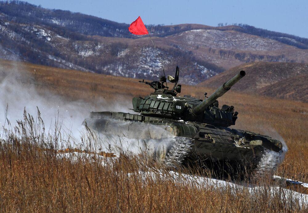 Tank T-72 na tankovém biatlonu v rámci soutěže ArMI-2020