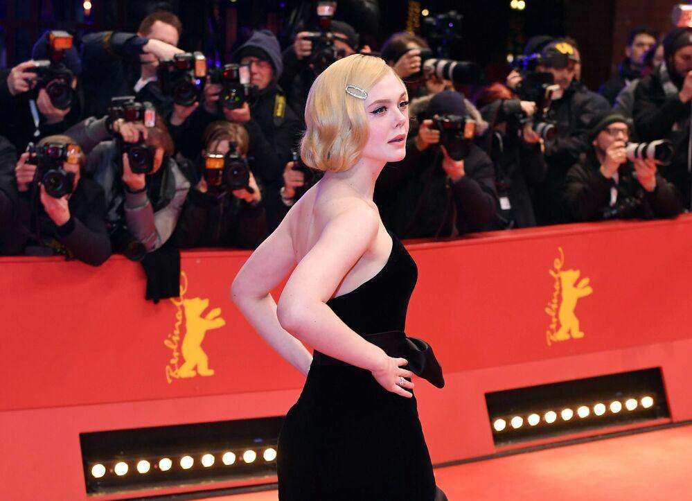 Herečka Elle Fanningová na Berlínském mezinárodním filmovém festivalu Berlinale