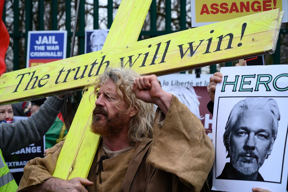 Účastník protestní akce v Londýně proti vydání zakladatele WikiLeaks Juliana Assangeho do Spojených států