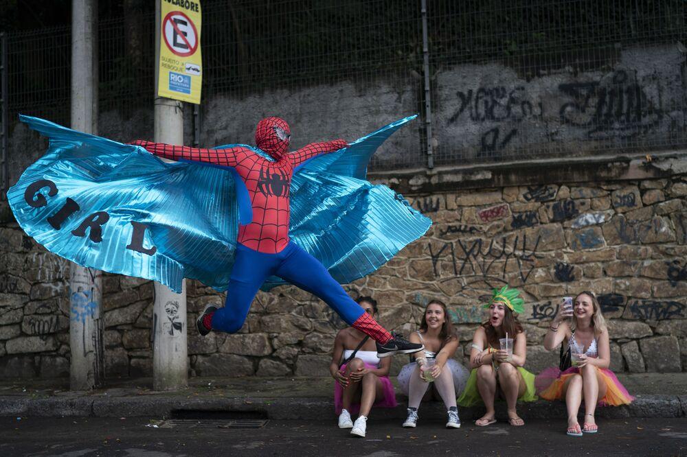 Muž v obleku Spidermana na oslavách Ceu na Terra (Nebe na zemi) v Riu de Janeiru