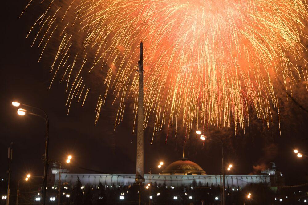 Ohňostroj v Moskvě u příležitosti oslav Dne obránce vlasti