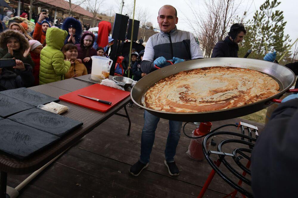 Příprava největší palačinky na jihu Ruska, konkrétně ve vesnici Moldavanskoje v Krasnodarském kraji.