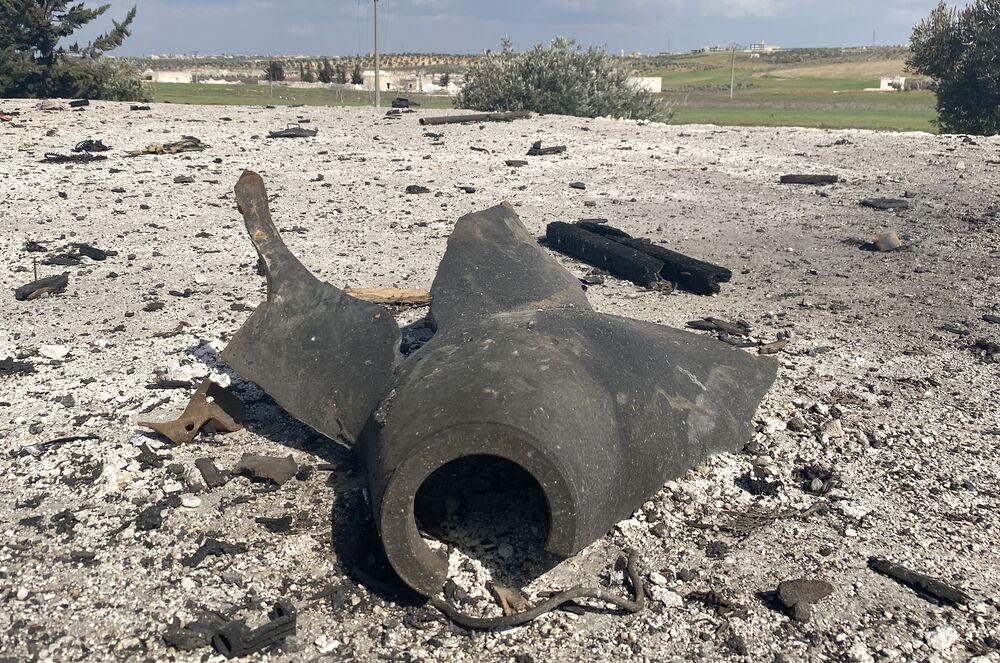Zbytky munice, kterou převážel zničený náklaďák.