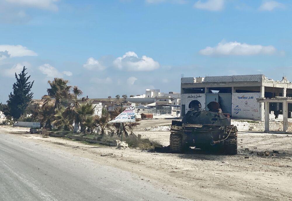 Tank u dálnice M5 spojující Damašek a Aleppo u města Ma'arat an-Numán v provincii Idlib.