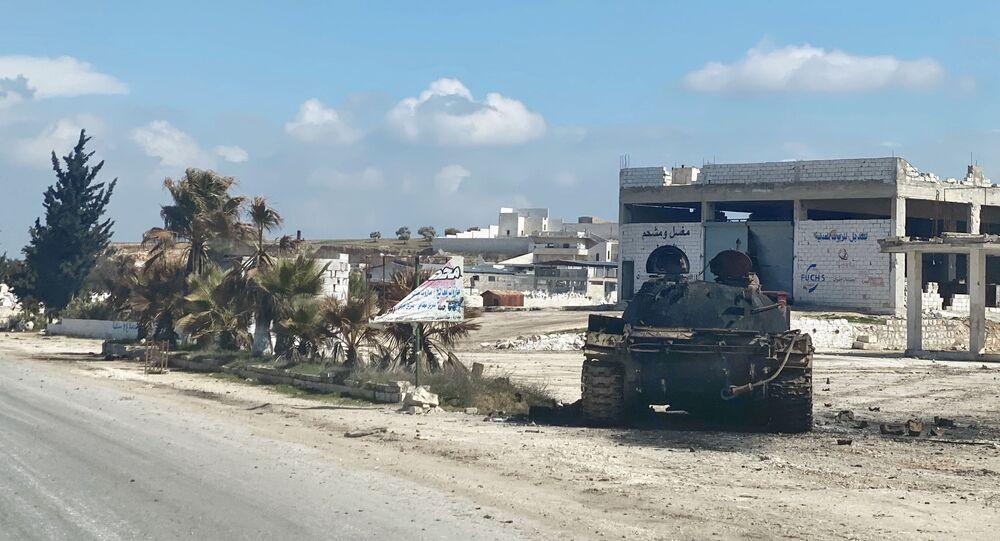 Vojenská technika na kraji silnice poblíž osady Maaret Numan v provincii Idlib v Sýrii