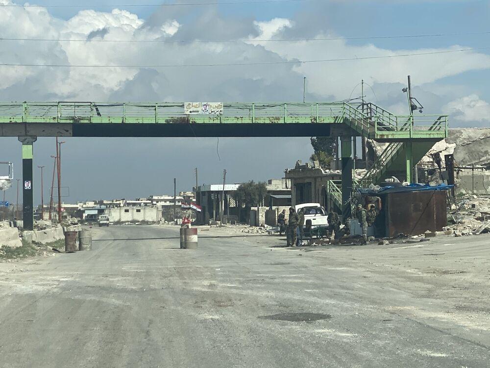 Syrské kontrolní stanoviště na dálnici M5 spojující Damašek a Aleppo v provincii Idlib.