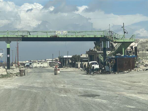 Syrské kontrolní stanoviště na dálnici M5 spojující Damašek a Aleppo v provincii Idlib. - Sputnik Česká republika