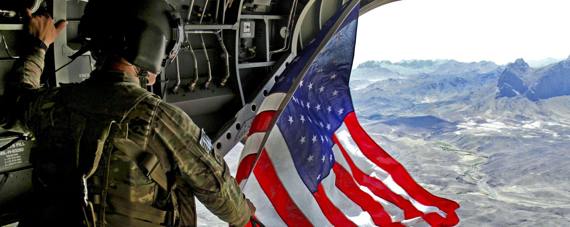Americký voják s vlajkou USA v Afghánistánu - Sputnik Česká republika, 1920, 13.08.2021