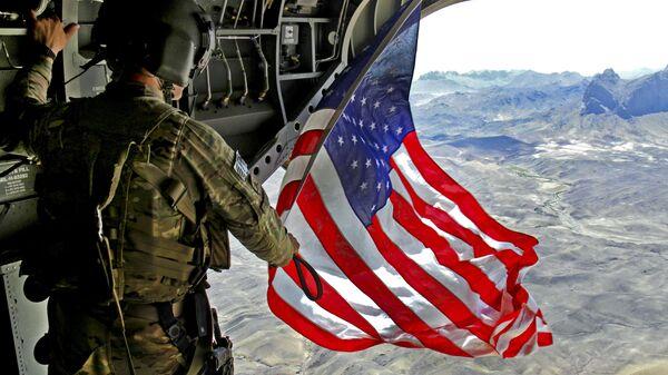 Americký voják s vlajkou USA v Afghánistánu - Sputnik Česká republika