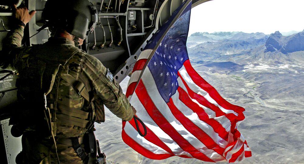 Americký voják s vlajkou USA v Afghánistánu