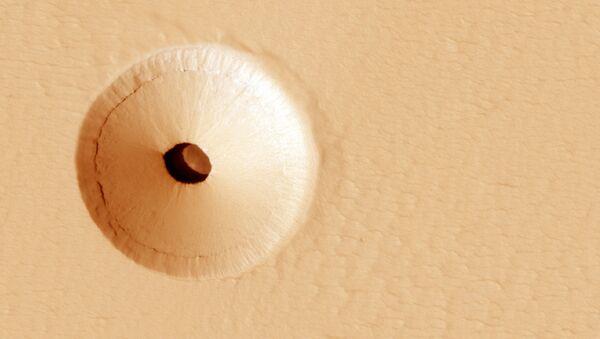 Otvory na povrchu vyhaslé sopky Pavonis Mons na Marsu - Sputnik Česká republika