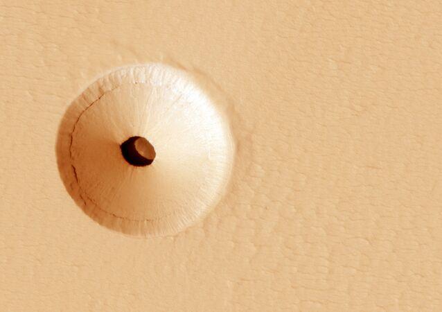 Otvory na povrchu vyhaslé sopky Pavonis Mons na Marsu