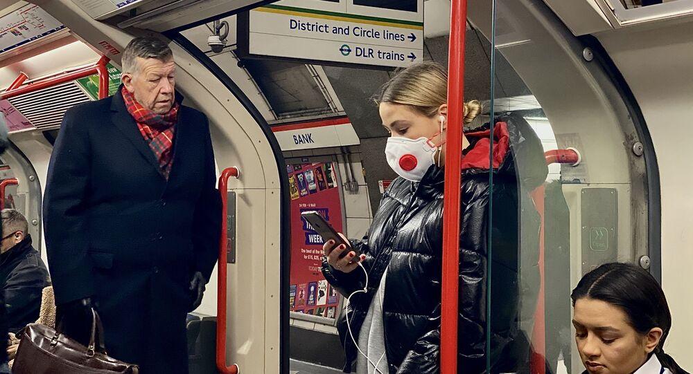 Žena v roušce v londýnském metru