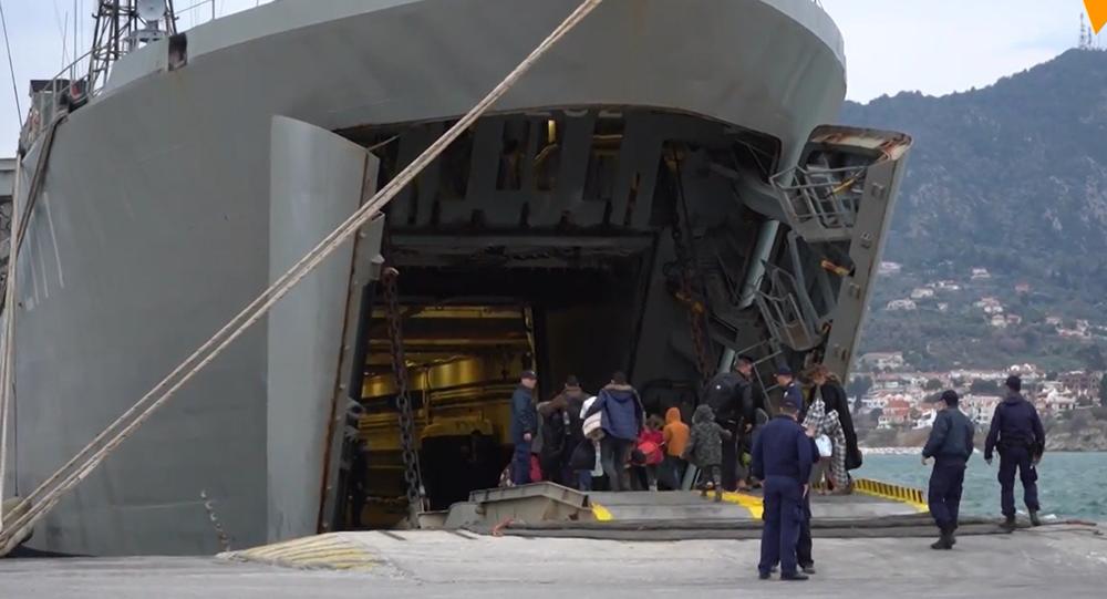 Video: Další pomoc? Řecké plavidlo přistálo v místním přístavu kvůli ubytování migrantů