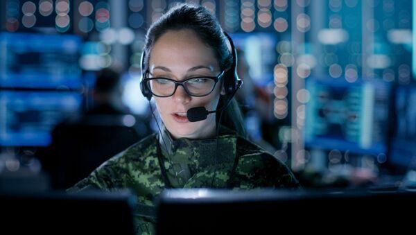 Dívka ve vojenské uniformě sedí za počítačem - Sputnik Česká republika