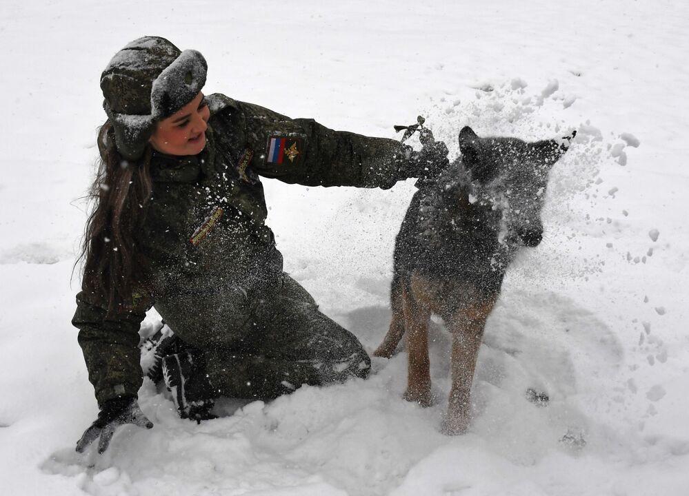 Kynoložka se psem během soutěže vojenských kynologů Věrný přítel v Ussurijsku, Rusko.